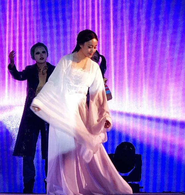 「小龍女」のコスプレを披露した新年パーティの舞台