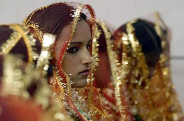 インドであったイスラム教徒の集団結婚式に参加した花嫁=ロイター