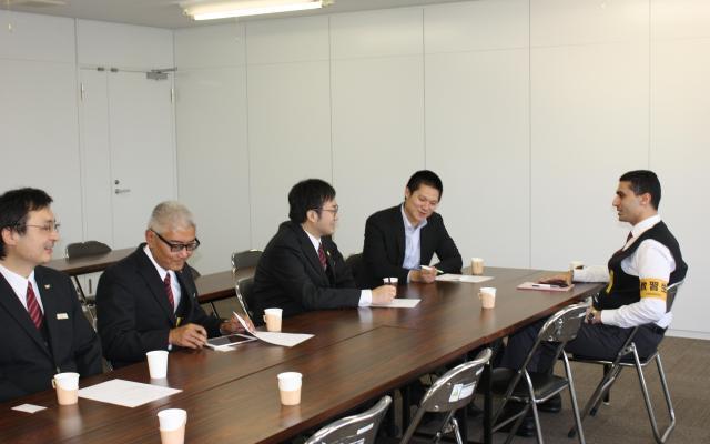 日の丸交通本社の会議室に集まった外国籍乗務員たち