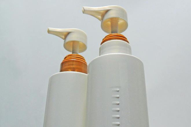 右がシャンプーで、左がリンス。シャンプー容器の側面にはギザギザがついている