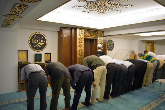 日本イスラーム文化交流会館で初めて行われた金曜礼拝=2016年9月9日、東京・品川