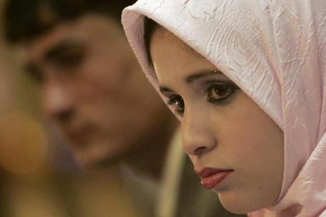 バグダッドであった集団結婚式に参加したイスラム教徒の新郎新婦=ロイター
