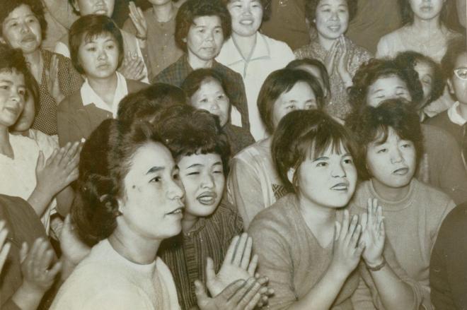 東京五輪で女子バレーボールの日本対アメリカで日本の勝利を喜び「やったわ」とテレビに拍手する=1964年10月11日