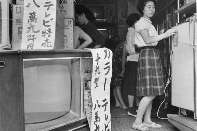 今では、ほとんど見ることがないブラウン管カラーテレビ=1968年8月