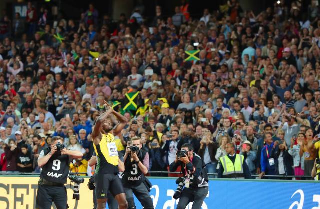 男子100メートル決勝のレース後、大歓声に応えるウサイン・ボルト=2017年8月、ロンドン、池田良撮影