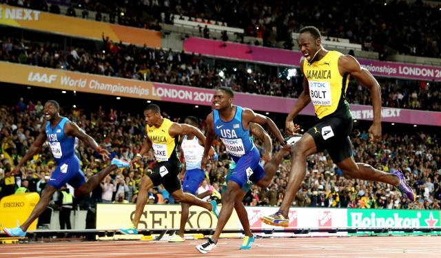 男子100メートル決勝で駆け抜けるウサイン・ボルト(右)=2017年8月、ロンドン、池田良撮影