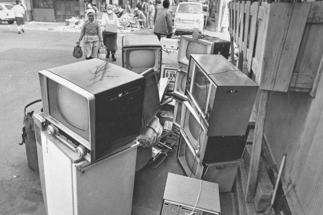 家庭から出された大型ゴミが山と積まれる。中でも目だつのは白黒テレビ。カラーテレビの普及とともに処分する家が増えた=1970年4月16日