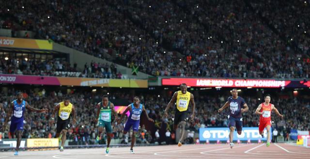 男子100メートル決勝で駆け抜けるウサイン・ボルト(右から3人目)=2017年8月、ロンドン、池田良撮影
