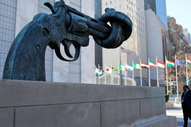 国連本部ビル(左)の入り口にあるねじれた銃の像