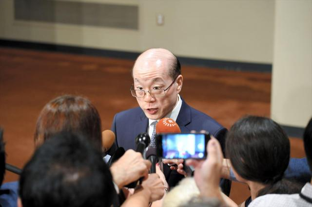 国連安全保障理事会で北朝鮮制裁決議の採択後、記者団の質問に応じる中国の劉結一・国連大使=2017年8月5日、国連本部