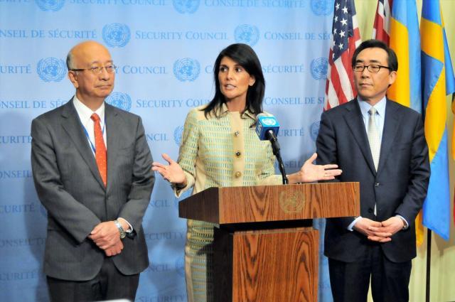 北朝鮮の弾道ミサイル発射を受けた国連安全保障理事会の緊急会合前に記者会見する、米国のニッキー・ヘイリー(中央)、日本の別所浩郎(左)、韓国の趙兌烈(チョ・テ・ヨル)各国連大使=2017年5月16日、国連本部