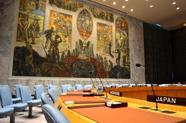 国連安全保障理事会の公式協議の議場。壁画中央の不死鳥は第2次世界大戦後の平和を担う国連を象徴する。手前は非常任理事国の日本代表の席