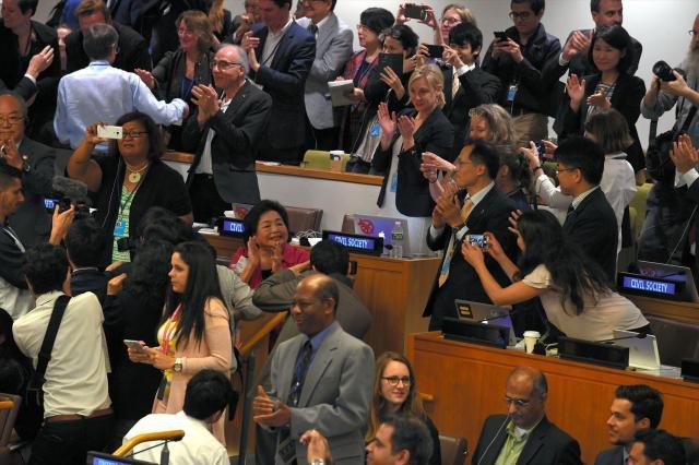 核兵器禁止条約が採択されると会場内がほぼ総立ちになり、しばらく拍手が鳴りやまなかった=2017年7月7日、米ニューヨークの国連本部