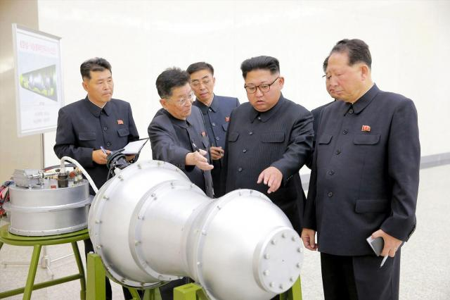 核の兵器化事業を指導する金正恩朝鮮労働党委員長(右から2人目)。日時は不明。朝鮮中央通信が2017年9月3日に報じた=朝鮮通信