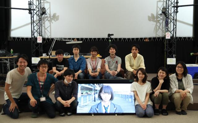 Sayaを制作したTELYUKAとツークン研究所、協力企業ロゴスコープ。前列右から2番目が石川友香さん、後列右から2番目が夫の晃之さん