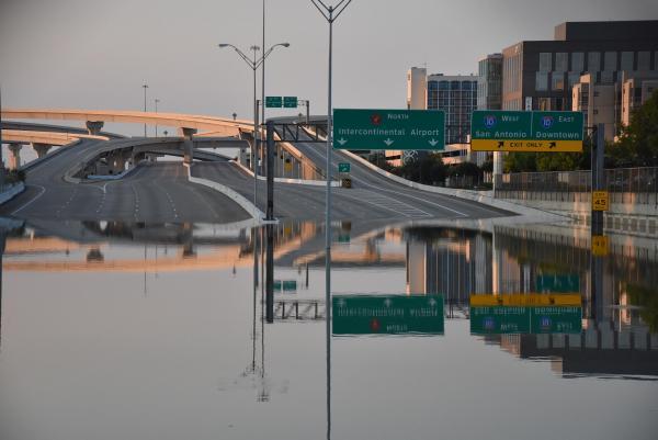 ハリケーン「ハービー」がアメリカ・ヒューストン州を襲い、立体交差が冠水して通行止めになった高速道路
