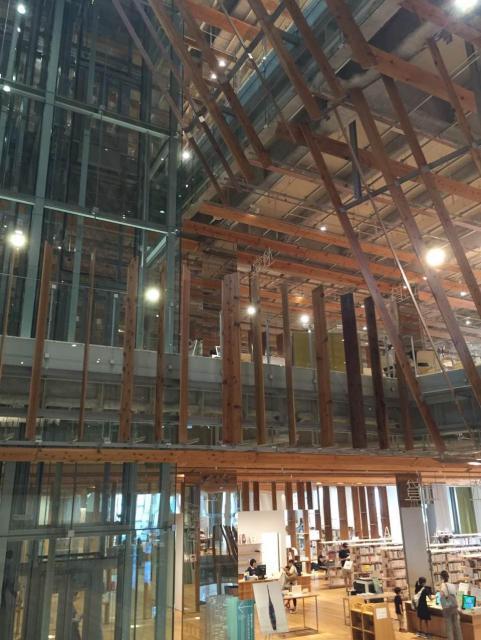 YIさんが好きな隈研吾事務所がデザインした富山市ガラス美術館の内部