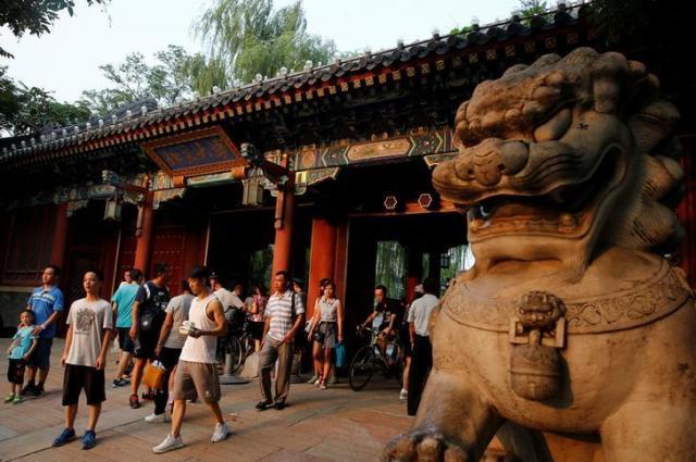 北京大の西の門=2016年7月
