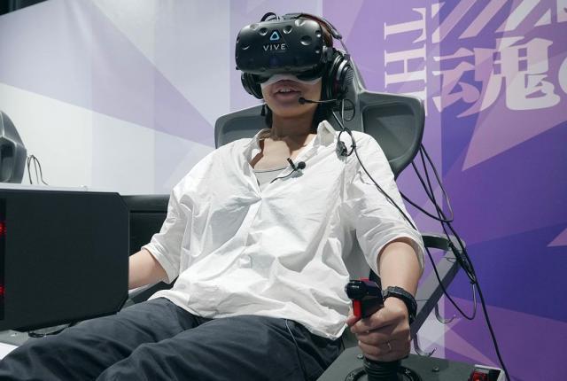 VRの装置。手元にあるレバーでエヴァを操縦します