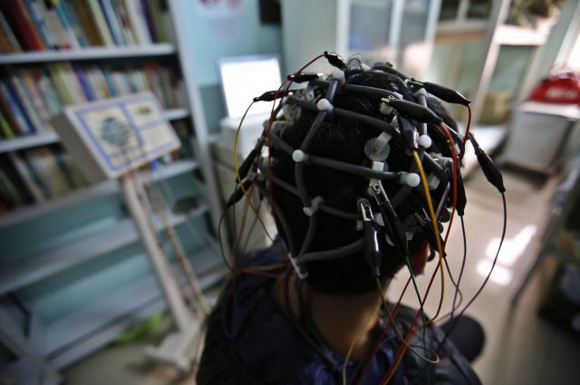 ネット中毒ということで、脳の検査を受ける少年=北京、2014年2月