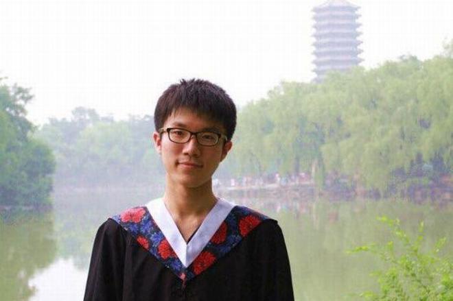 中国のエリート校、北京大から東大に留学した蘇さん。写真は、北京大の卒業式の一枚で背景にあるのは北京大にある「未名湖」=蘇さん提供