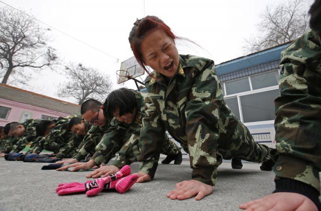 体罰を受ける「ネット中毒者」の少年少女たち=北京、2014年2月