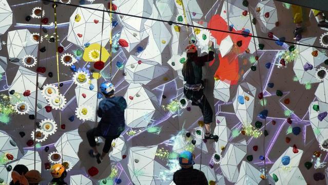 プロジェクションマッピングが投影されたボルダリング「トラップクライミング」も人気。壁が動いているように見えます