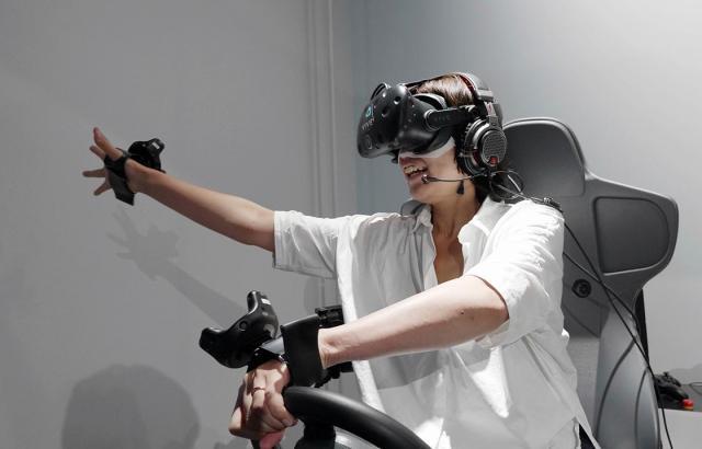 「マリオカート アーケードグランプリVR」では、運転しながら手でアイテムをゲットします