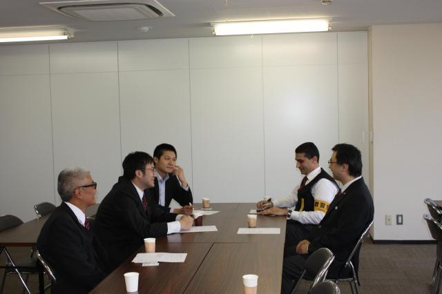 日の丸交通本社の会議室に集まった外国籍の乗務員たち