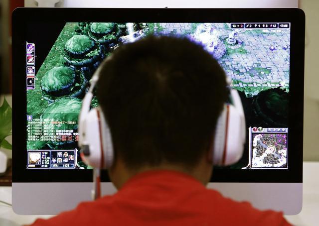 ネットゲームに夢中する「ネット中毒者」=北京、2014年7月