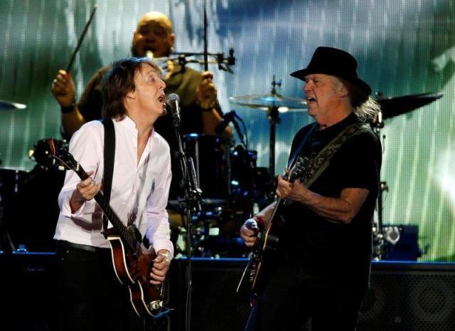 1960年代、カウンターカルチャーの象徴だったロックも、今やエンターテインメント色が強い音楽に。写真は、2016年秋、南カリフォルニアで開催された音楽フェス「desert trip」で共演したポール・マッカートニー(左)とニール・ヤング。