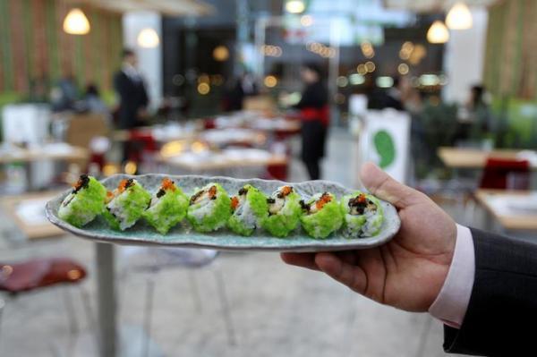 すしの普及で、中東でも日本製のしょうゆを目にすることが多くなった。こちらはアラブ首長国連邦の隣国、カタールの首都ドーハにオープンしたすし店=2016年10月8日、ロイター