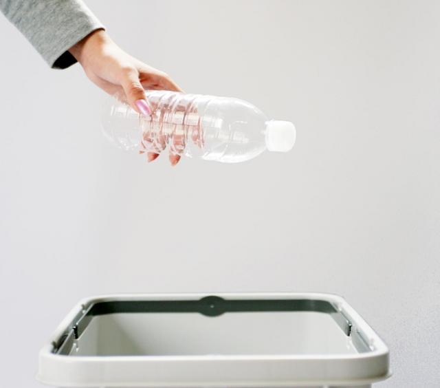 ゴミ箱に捨てることで明確に「処分していい品物」だと示すことができます(写真はイメージです)