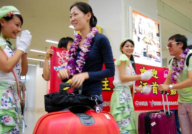 沖縄を訪れた中国人観光客ら=2011年7月7日、那覇市の那覇空港
