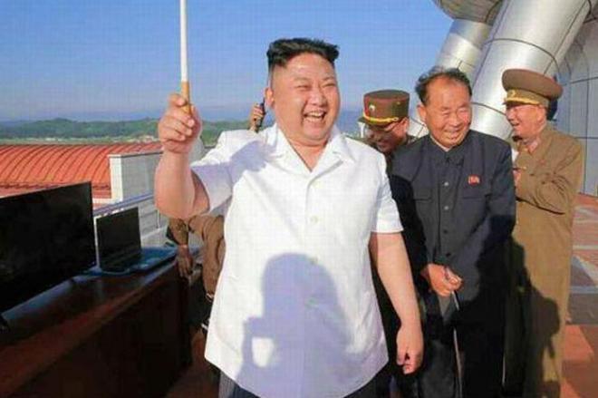2017年6月9日付の労働新聞(電子版)が伝えた「新型地対艦巡航ミサイル」の試射を視察する金正恩氏(左)