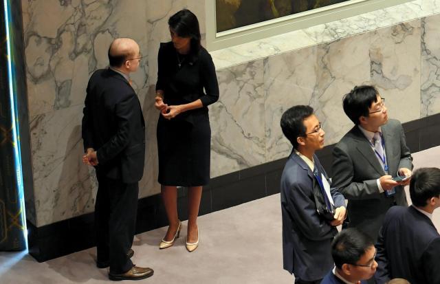 緊急会合が始まる前に議場の隅で話し込む米国のヘイリー国連大使と中国の劉結一・国連大使(左)。ヘイリー氏の方から声を掛けていた=2017年9月4日、米ニューヨークの国連本部、金成隆一撮影
