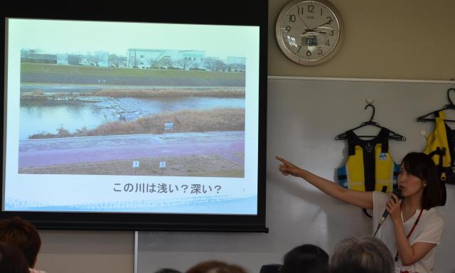 事故があった川の深さを講演会の参加者に尋ねる岡真裕美さん=2017年6月、大阪市