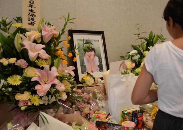 浅田羽菜さんを悼む「羽菜の会」が2017年7月に開かれた。同級生やその保護者たちは、羽菜さんへの手紙や似顔絵、お菓子、花束を手向けた=京都市左京区