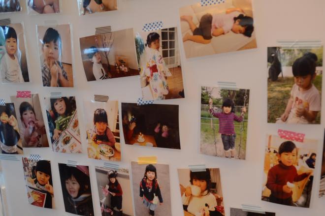 2017年7月、浅田羽菜さんを悼む「羽菜の会」が開かれ、両親の選んだ羽菜さんの写真が並べられた=京都市左京区