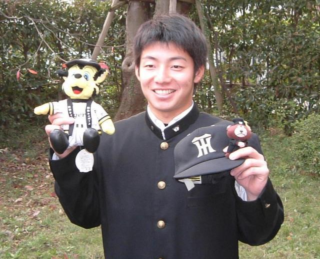 阪神入団が決まり笑顔で写真撮影に応じた鳥谷
