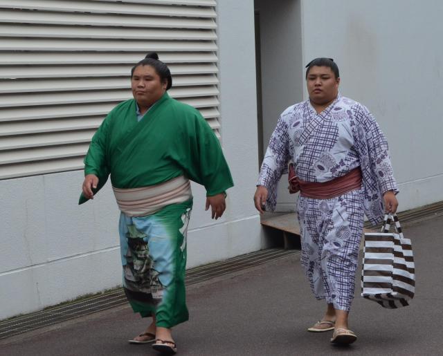 お相撲さんたちが国技館に入ってきた