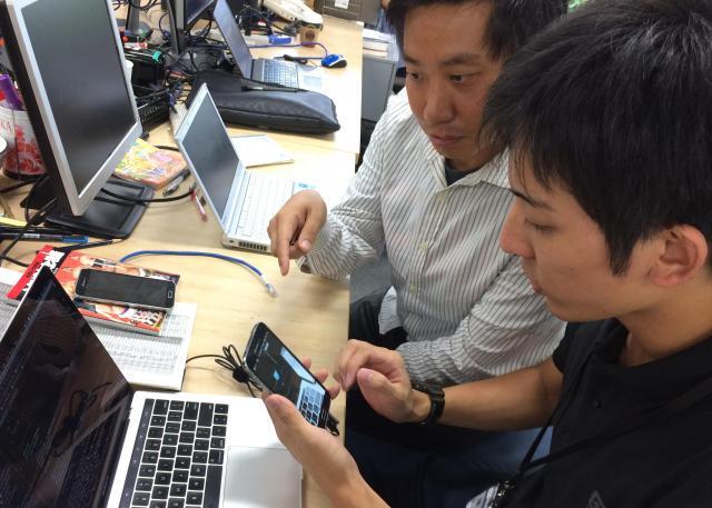 アプリの開発は同僚にも協力してもらった=朝日新聞東京本社で