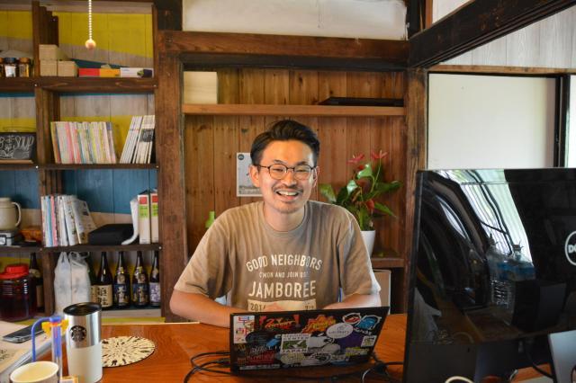 東京から移住したウェブデザイナーの前迫昇吾さん=鹿児島県南九州市頴娃町、島崎周撮影