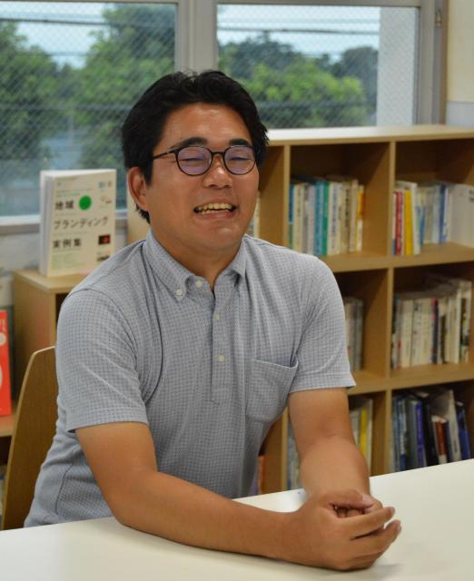 東京から桜島に移住した森本健太さん=鹿児島市古里町、島崎周撮影