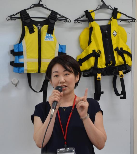 ライフジャケットの大切さを講演する吉川優子さん=大阪市