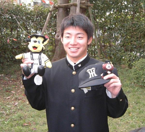 阪神入団が決まり、笑顔で撮影に応じる鳥谷