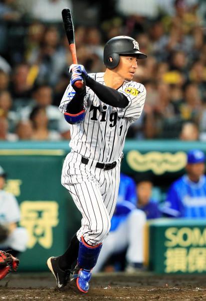 阪神の鳥谷は2千安打となる適時二塁打を放つ