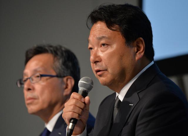 労働環境の改善計画を発表し、記者の質問に答える電通の山本敏博社長(右)=7月27日、東京・銀座