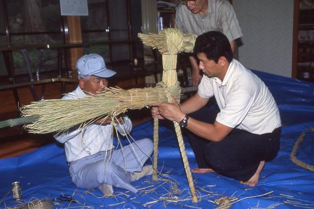 「サバ―送り」の人形を作る人々=2001年、山口県長門市