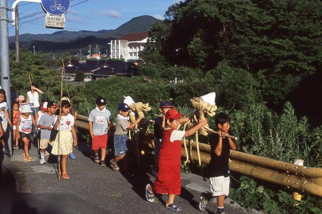 「サバー送り」の人形を運ぶ子どもたち=2004年、山口県油谷町(現長門市)